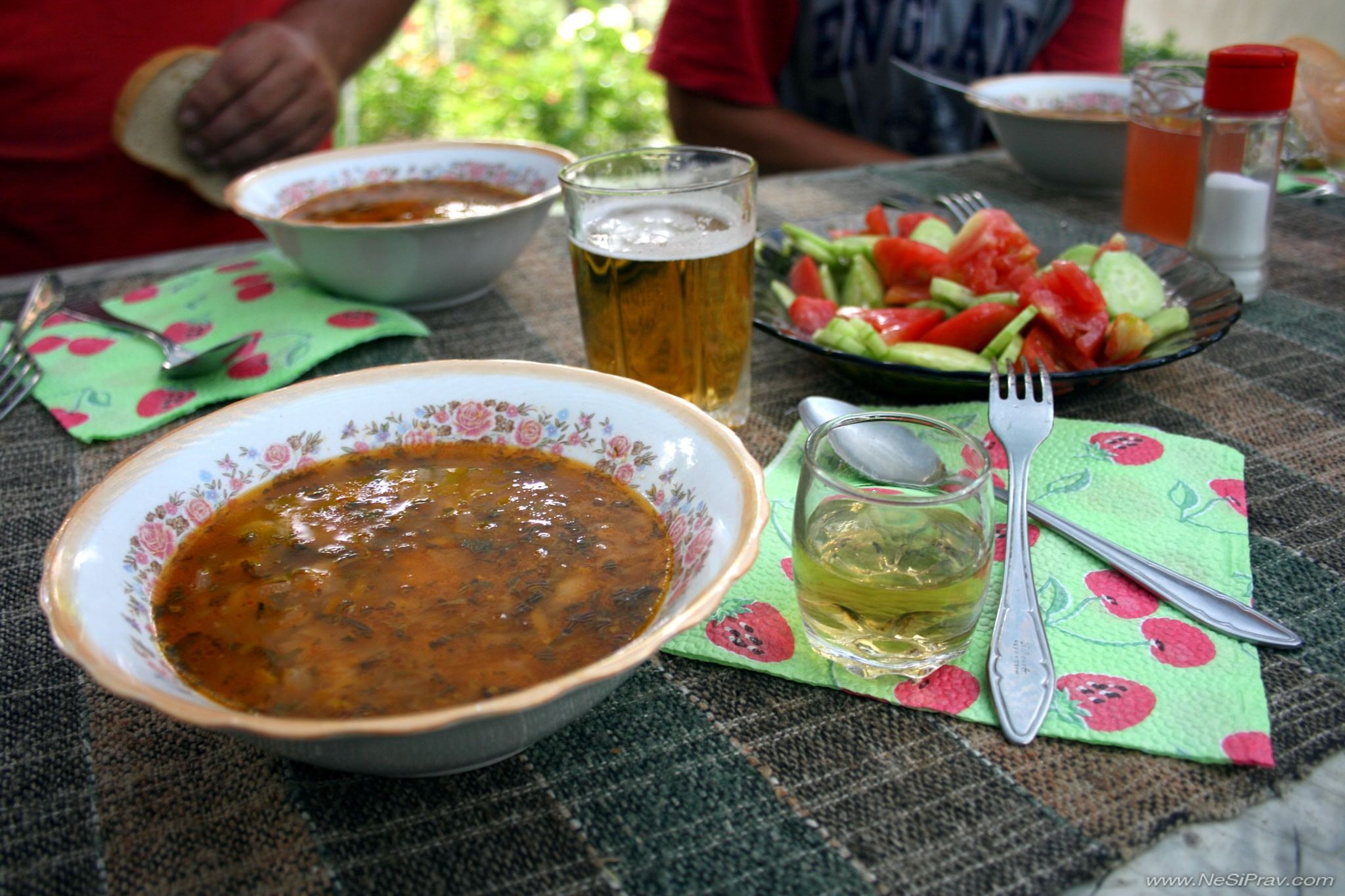 Боб, ракия и салата