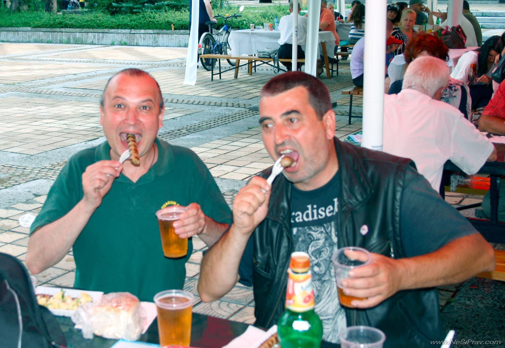 Троян, 2014, Рок-Феста, ние с Пешо нагъваме кебапчета с бира, преди да се е почнало